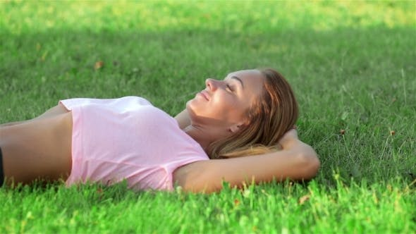 Cover Image for Beautiful Athlete Resting On The Green Grass