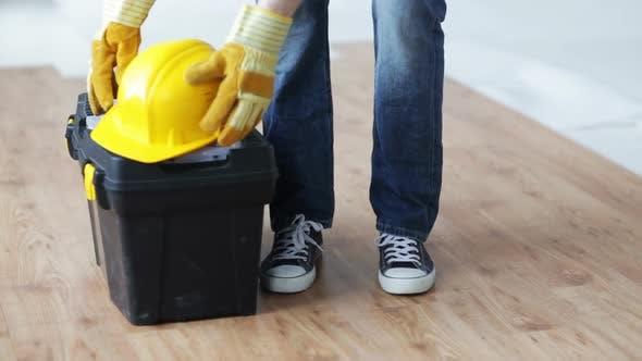 Thumbnail for Nahaufnahme des Menschen Tragetasche Werkzeugkasten und Verlassen 2