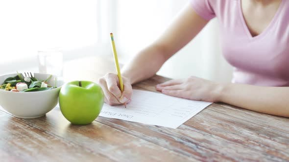 Thumbnail for Nahaufnahme der jungen Frau Schreiben Diät-Plan zu Hause 2