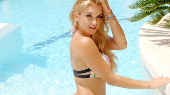 Thumbnail for Verführerische Frau in die Pool Blick auf Kamera