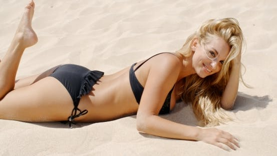 Thumbnail for sexy Mädchen in schwarz bikini auf die Strand
