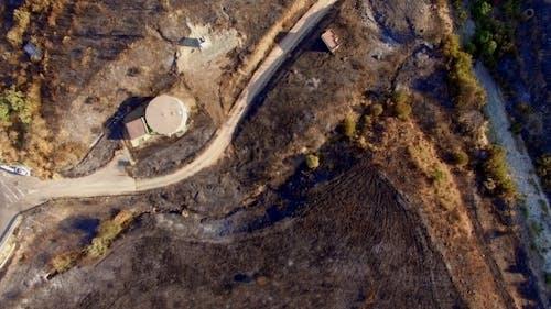 Luftbild. Flug über Feld nach Feuer