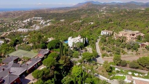 Antenne. Flug über Häuser und Bäume in Andalusien