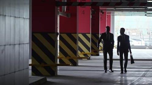 Geschäftsleute Walking in Dark Parkplatz