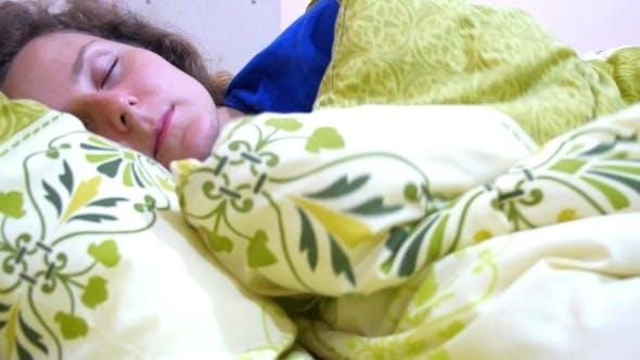 Thumbnail for Schöne Frau schläft im Schlafzimmer
