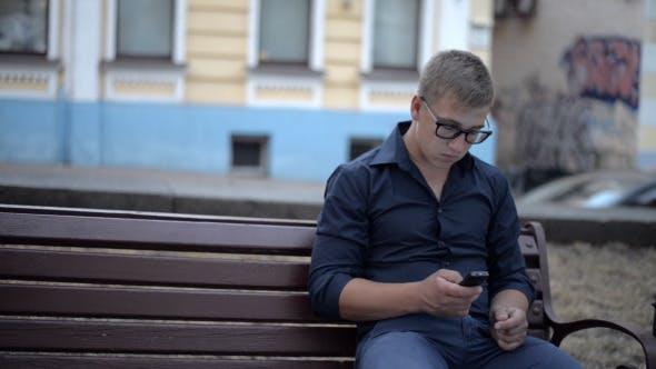 Thumbnail for Verwenden des Telefons, während Sie auf der Bank sitzen