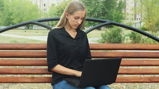 Thumbnail for Schöne Mädchen auf Park Bank und mit Laptop