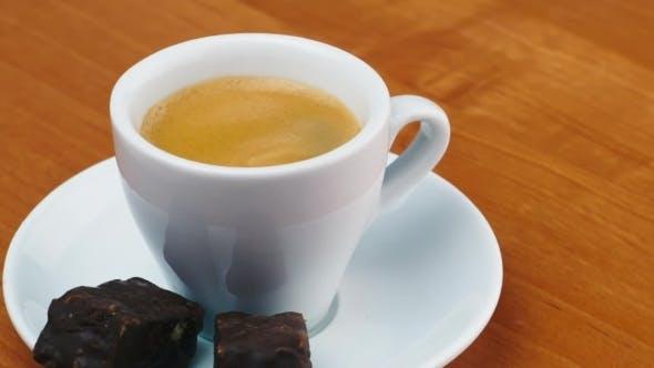 Tasse Espresso mit Süßigkeiten