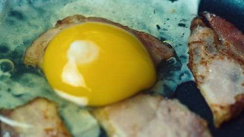 Kochen Eier mit Speck und Käse