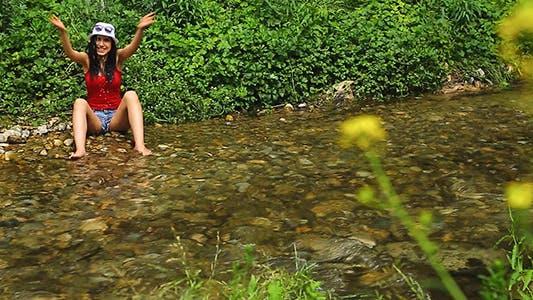 Thumbnail for Mädchen mit Spaß auf die Rand der stream