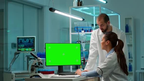 Professionelle Chemiker arbeiten am Computer mit Greenscreen