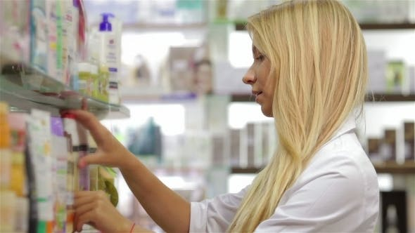 Cover Image for Pharmacist Fronting The Product In Drugstore