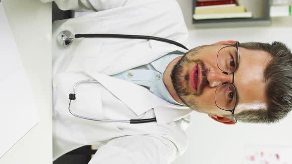 Thumbnail for Arzt diskutiert Gesundheit des Patienten durch Video anruf und zeigt Bye Geste