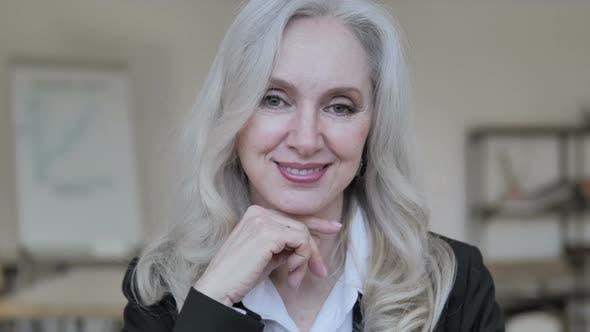 Thumbnail for Lächelnd Aged Business Frau
