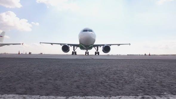Flugzeug bewegt sich zur Kamera