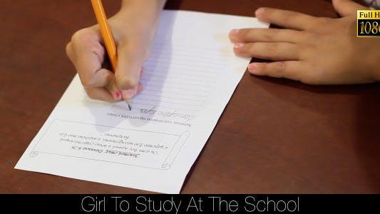 Thumbnail for Mädchen zu studieren bei der Schule