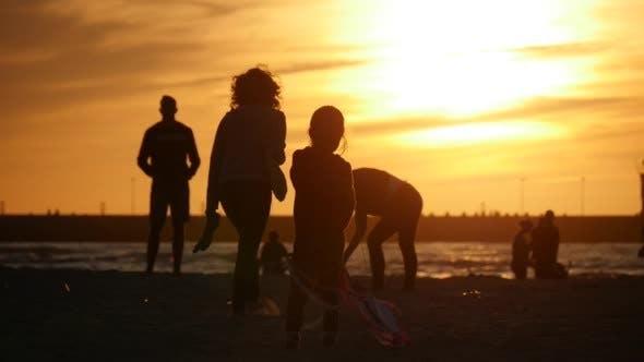 Thumbnail for Mädchen Silhouette dreht Flying The Kite Menschen