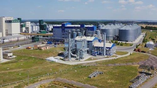 Zeitgenössische Fabrik auf dem Feld