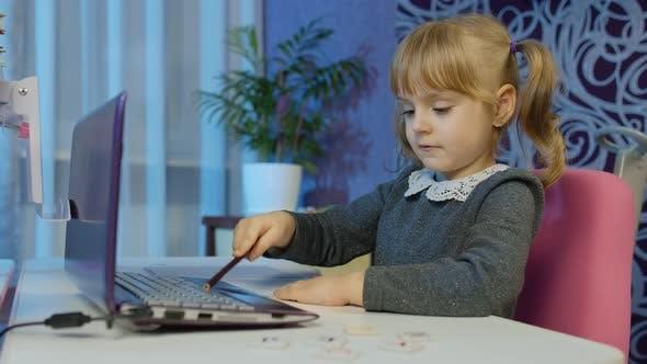 Kindermädchen ruft Lehrer auf Laptop Fernunterricht zu Hause auf Coronavirus Lockdown