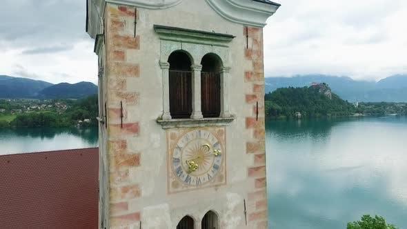 Thumbnail for Kirchenuhr Turm zum Panoramablick auf See und Berge
