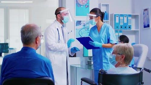 Arzt, der Anweisungen über die Patientenbehandlung gibt