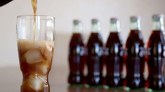 Thumbnail for Cola-Drink gießen