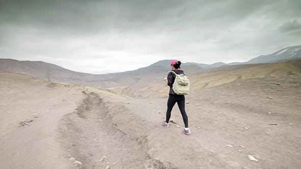 Thumbnail for frau reisende geht auf ein bergtal
