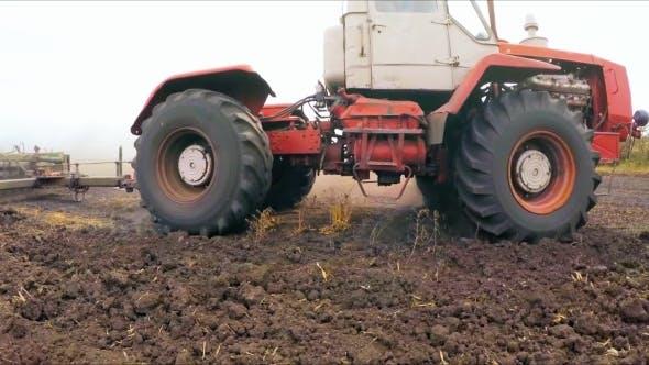 Thumbnail for Traktor mit erhöhtem Anhänger für den Anbau