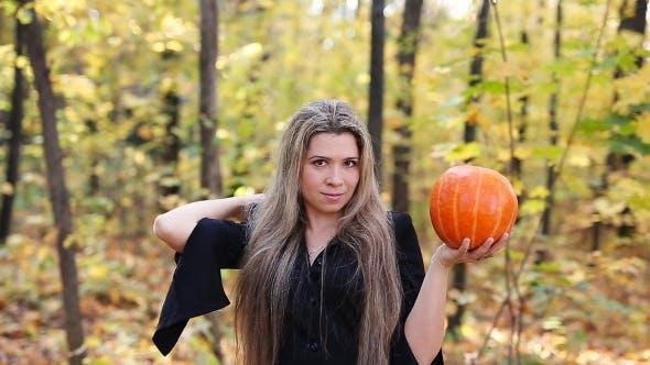 Thumbnail for Schöne Hexe mit einem Kürbis