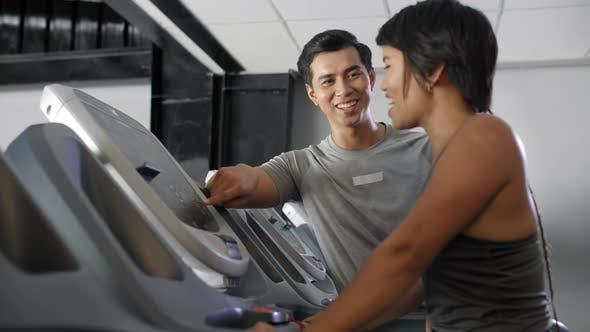 Thumbnail for Asiatische Mann und Frau im Fitnessstudio