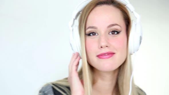 Thumbnail for Schöne junge blond frau tanzen mit weiß kopfhörer 2