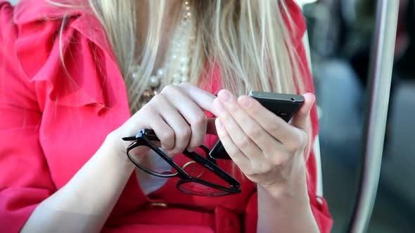 Thumbnail for Blond Mädchen sitzen in der Straßenbahn, Nahaufnahme auf Handy, Telefon, Handy