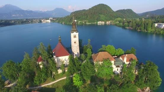Thumbnail for Luftaufnahme von der Himmelfahrt von Maria Kirche auf See Bled., Slowenien 3