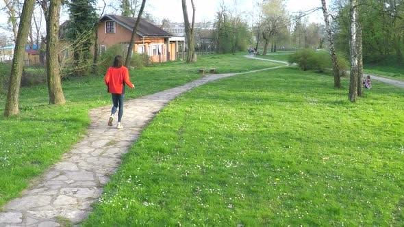 Thumbnail for Zeitlupe des Menschen läuft den Weg in Park. 3