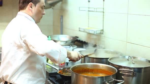 Thumbnail for Chef Kochen Rührtopf In Küche