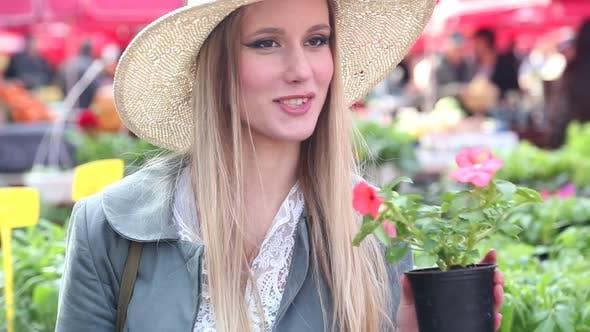 Thumbnail for Nahaufnahme bis der ein Mädchen riechen Blumen 4
