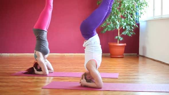 Thumbnail for Frauen tun Yoga Klasse in Halle 22