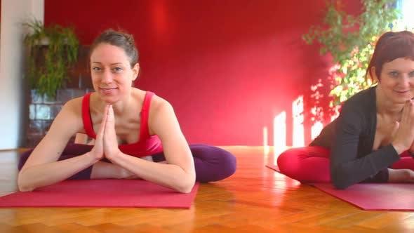 Thumbnail for Frauen tun Yoga-Klasse in Halle 32