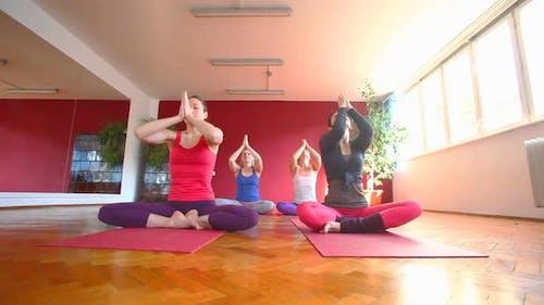 Les femmes faire cours de yoga dans le hall 39