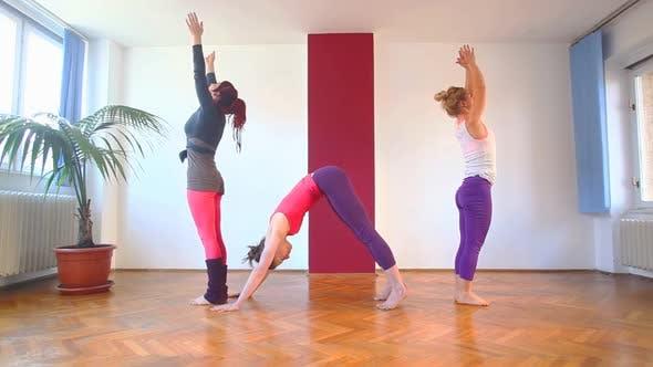 Thumbnail for Frauen tun Yoga Klasse in Halle 45