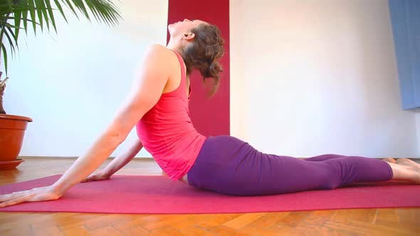 Thumbnail for Frauen tun Yoga Klasse in Halle 50