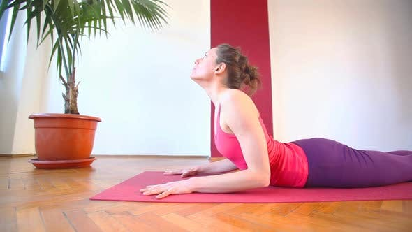 Thumbnail for Frauen tun Yoga Klasse in Halle 52