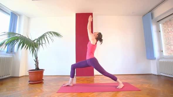Thumbnail for Frauen tun Yoga Klasse in Halle 58