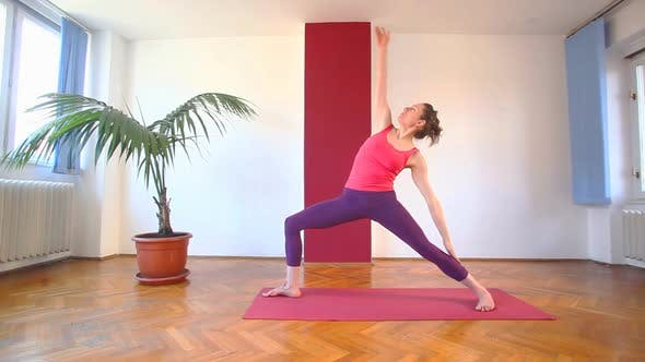 Thumbnail for Frauen tun Yoga Klasse in Halle 61