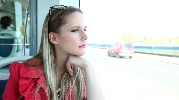 Thumbnail for Junge Blond Frau Reiten Straßenbahn, Blick aus dem Fenster 2