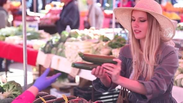Thumbnail for ziemlich Mädchen pflücken Gemüse bei die Markt 3