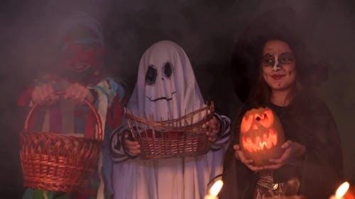 Kinder In Halloween-Kostüme Spielen Trick Or