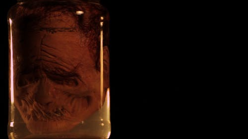 Gruseliger Kopf in einer Flasche 02
