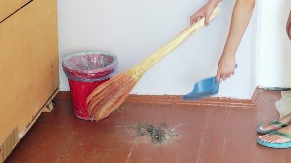 Thumbnail for Mädchen mit ein Besen Sweeps Trümmer auf die Boden