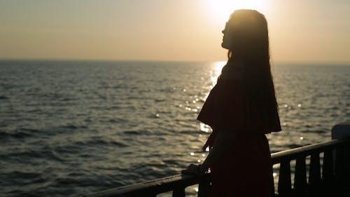 Mädchen träumen auf dem Sonnenuntergang
